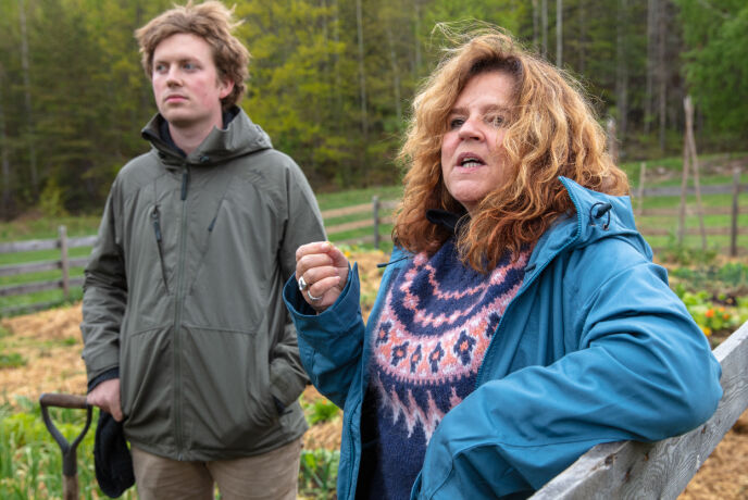 STJAL SPRIT: Signy Fardal, her sammen med Øde Nerdrum, innrømmer at «Farmen kjendis»-deltakerne lurte produksjonen og sikret seg alkohol på gården. Foto: TV 2