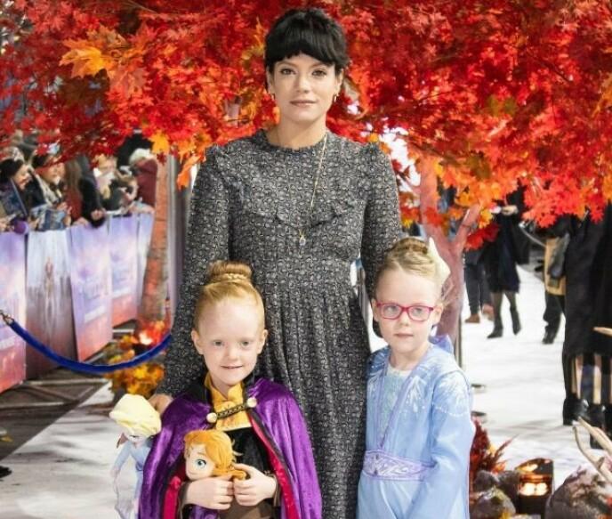 TOBARNSMOR: Lily Allens to døtre Marnie Rose og Ethel, fra hennes ekteskap med Sam Cooper, var også til stede i bryllupet. Her er de tre på «Frost 2»-premiere i London i 2019. Foto: NTB