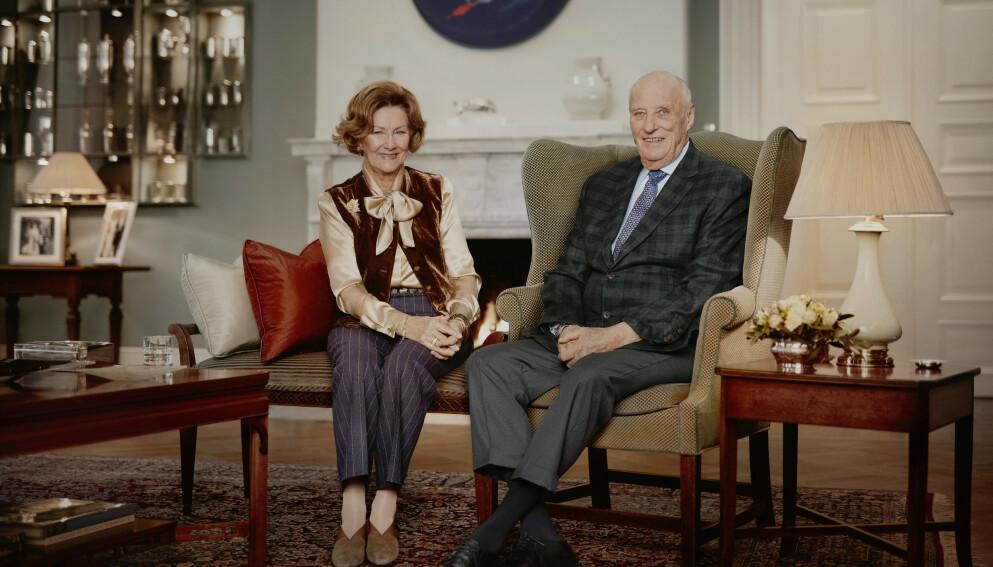 NYE BILDER: Søndag slapp kongehuset nye bilder av kong Harald og dronning Sonja - for å markere at de har vært konge og dronning i 30 år. Foto: Jørgen Gomnæs / Det kongelige hoff / NTB