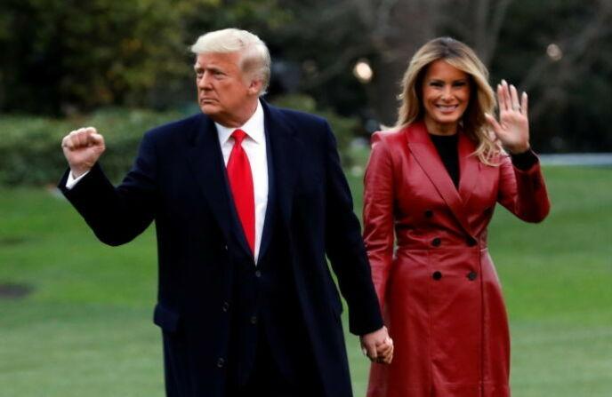 OVER OG UT: Det er ikke mange timene igjen før Donald og Melania Trumps tid i Det hvite hus er over. Foto: Yuri Gripas / Reuters / NTB