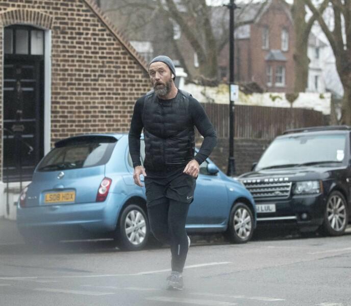 LUFTETUR: Jude Law i luftig svev i nord-London for litt over en uke siden. Foto: MEGA / NTB