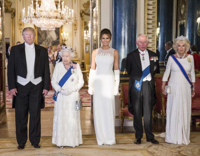 KONGELIG MØTE: Trump-paret avbildet sammen med dronning Elizabeth, prins Charles og hertuginne Camilla under en bankett på Buckingham Palace i 2019. Foto: Pa Photos/ NTB