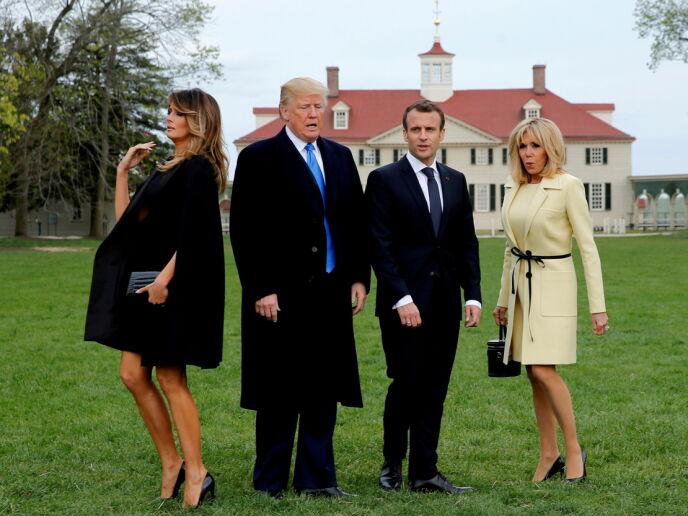 BAK KULISSENE: Presidentparet gjør seg klare til fotografering med Frankrikes president Emmanuel Macron og presidentfrue Brigitte Macron i april 2018. Foto: Jonathan Ernst/ Reuters/ NTB