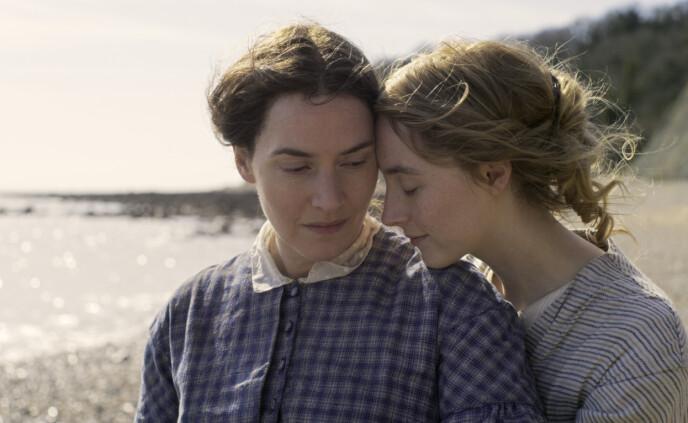 SPILLER ELSKERE: Her er Kate Winslet og Saoirse Ronan sammen i en scene fra det romantiske dramaet «Ammonite». Foto: AP/NTB