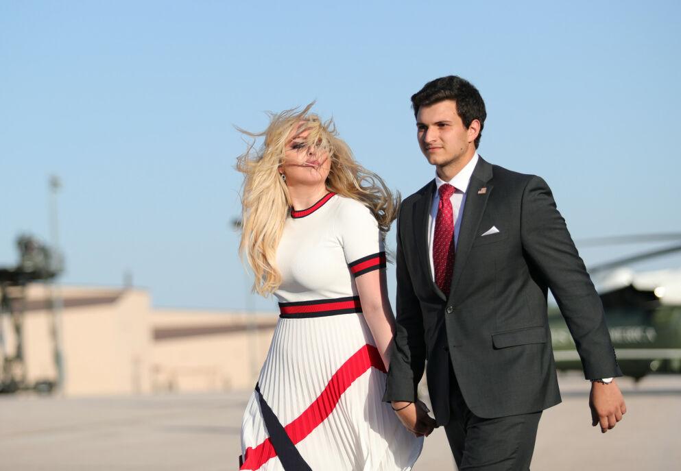 FORLOVET: Tiffany Trump deler tirsdag - dagen før innsettelsen av Joer Biden som USAs president - at hun har forlovet seg med Michael Boulos. Her er paret sammen på Ellsworth luftforsvarsbase i South Dakota i juli 2020. Foto: Tom Brenner/ Reuters/ NTB