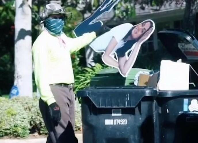 SØPPEL: Affleck fikk en av sine arbeiderne til å kaste pappfiguren etter bruddet ble kjent denne uken. Foto: NTB,
