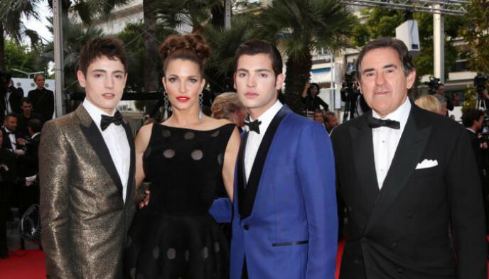 FAMILIEN: Harry Brant (t.v) med modellmoren Stephanie Seymour, broren Peter II og faren Peter Brant i Cannes i 2014. Foto: Matt Baron / Bei / Rex / Shutterstock / NTB.