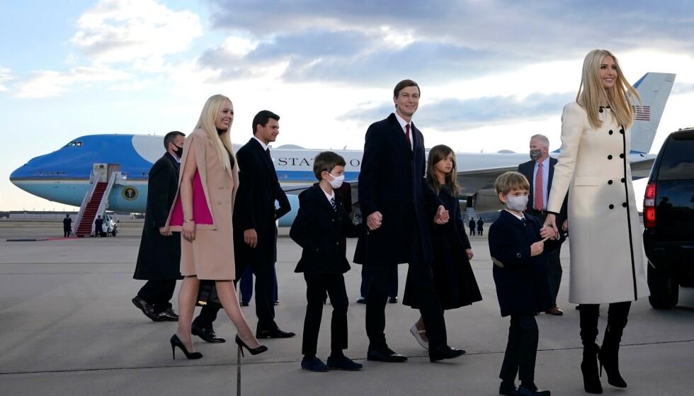UNDER AVSKEDEN: Ivanka Trump med ektemannen Jared Kushner og deres tre barn. Brødrene Eric og Donald Jr. Trump, søsteren Tiffany Trump og hennes ferske forlovede Michael Boulos var også på plass i Maryland. Foto: Alex Edelman / AFP /NTB