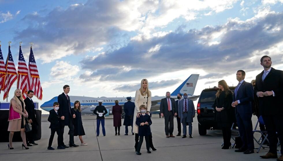 VAR PÅ PLASS: Flere av Trump-barna med deres nærmeste var på plass for å støtte Trump-paret. Foto: Alex Edelman /AFP / NTB