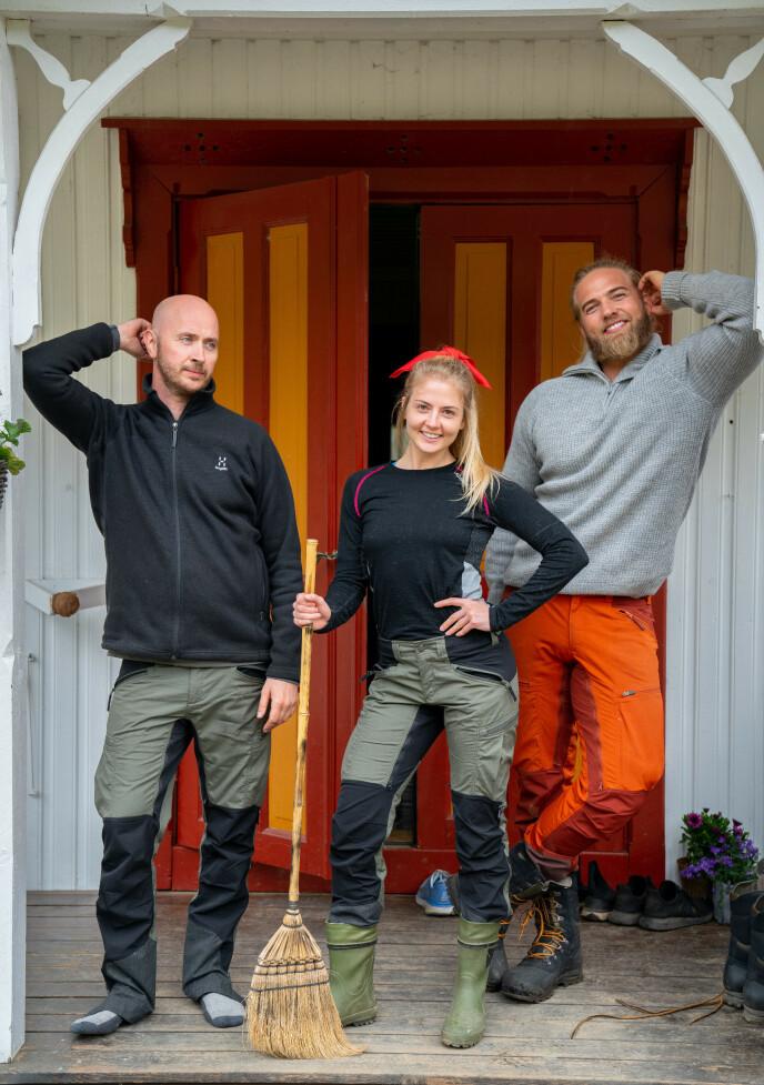 SMILER BREDT: Terje Sporsem, Kine Olsen og Lasse Matberg virker blide og fornøyde i «Farmen kjendis», selv om det ikke var veldig god stemning i onsdagens episode. Foto: TV 2