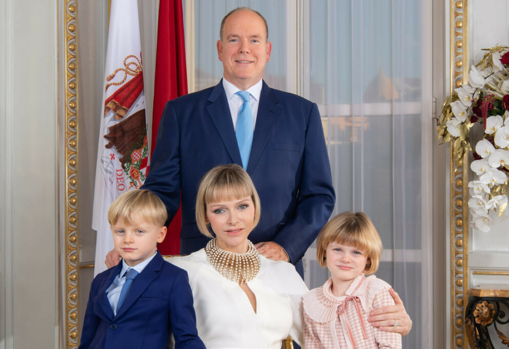 NYTT UTSEENDE: Fyrstinne Charlene av Monaco vekker oppsikt i nytt bilde av fyrstefamilien. Foto: Palais Princier de Monaco / Facebook
