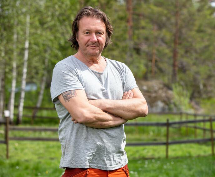 ENDTE GODT: Etter å ha vært innom to sykehus og sydd åtte sting fikk Svein Østvik omsider returnere tilbake til gården. Foto: Alex Iversen / TV 2