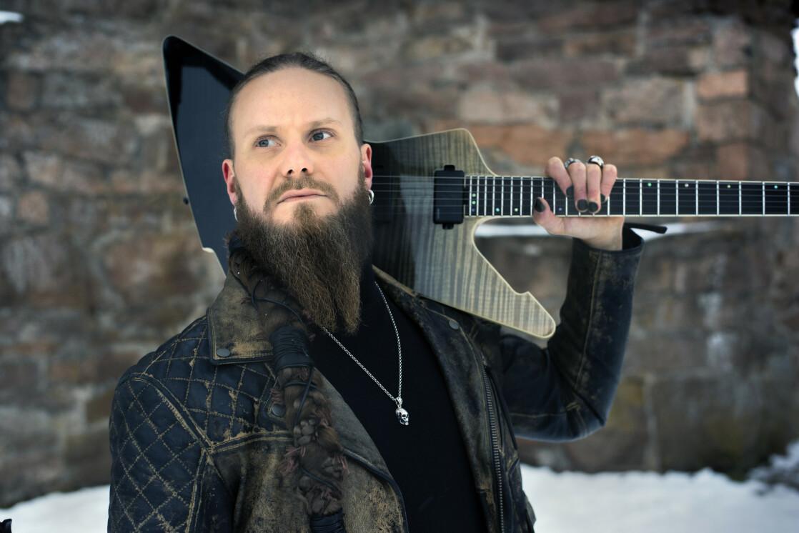 VIL INSPIRERE: Gitarist Kjell Åge «Mr. Damage» Karlsen har vært plaget av angst hele livet. Nå deltar han i Melodi Grand Prix. FOTO: Peder Klingwall