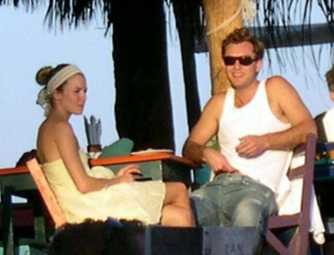 HØYPROFILERT: Jude Law var forlovet med Sienna Miller da han var utro. Her er de på ferie i Mexico i januar 2005. Foto: Shutterstock / REX / NTB