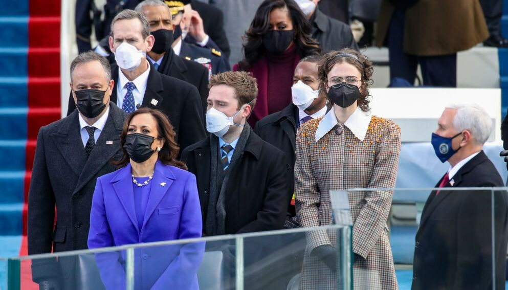 HISTORISK: Kamala Harris ble USAs første kvinnelige visepresident onsdag 20. januar. Nå får bonusdattera Ella Emhoff (t.h) oppmerksomhet. Ektemannen Doug Emhoff og bonussønnen Cole ved siden av. Foto: Rob Carr / AFP / NTB