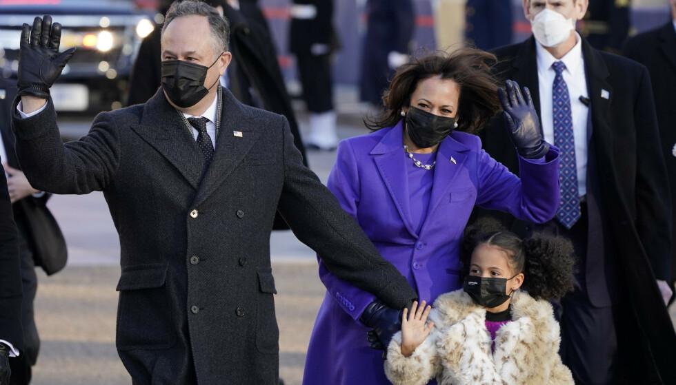 HYLLEST: Kamala Harris, ektemannen Doug Emhoff og grandniesa i Washington D.C. onsdag. Foto: Jacquelyn Martin / AP / NTB