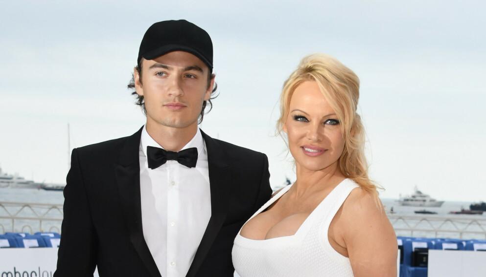 FÅR OPPMERKSOMHET: Pamela Anderson mener at veganere er bedre sexpartnere. Her avbildet med sønnen Brandon Thomas Lee i 2019. Foto: Gigi Iorio / Splash News / NTB