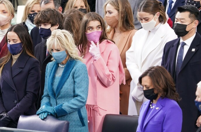 VEKKER OPPSIKT: Natalie Bidens rosa antrekk har nærmest satt fyr på nettet i etterkant av innsettelsen. Foto: Kevin Lamarque /REUTERS /NTB