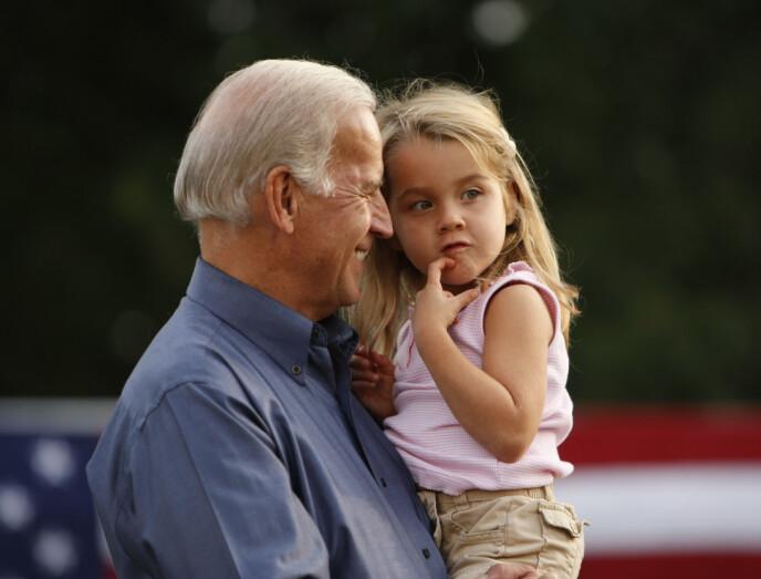 BARNEBARN: Her er Natalie Biden avbildet bare fire år gammel sammen med bestefaren og USAs nåværende president Joe Biden i 2008. Foto: Gerald Herbert / AP / NTB