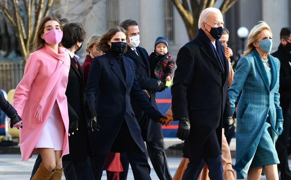 STILIKON: Barnebarnet til USAs president Joe Biden, Natalie Biden, blir hyllet for det rosa antrekket hun bar under innsettelsen. Foto: Mark Makela / AFP / NTB