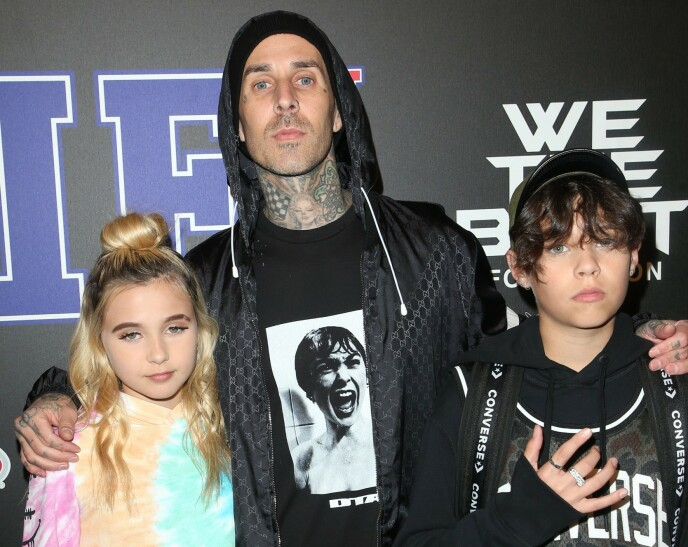TOBARNSFAR: Her er Travis Barker med barna Alabama Luella Barker og Landon Asher Barker på et event i Los Angeles i februar 2018. Foto: Mediapunch/REX/NTB