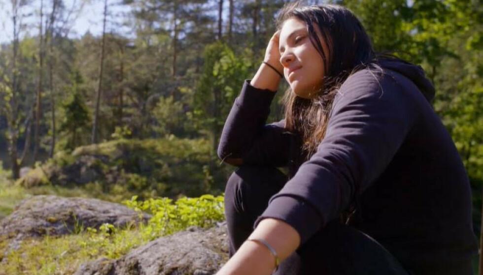 IKKE FORNØYD: Mira Craig havnet flere ganger i heftige disputter med de andre inne på den lille sidegården, og valgte flere ganger å være for seg selv. Foto: TV 2