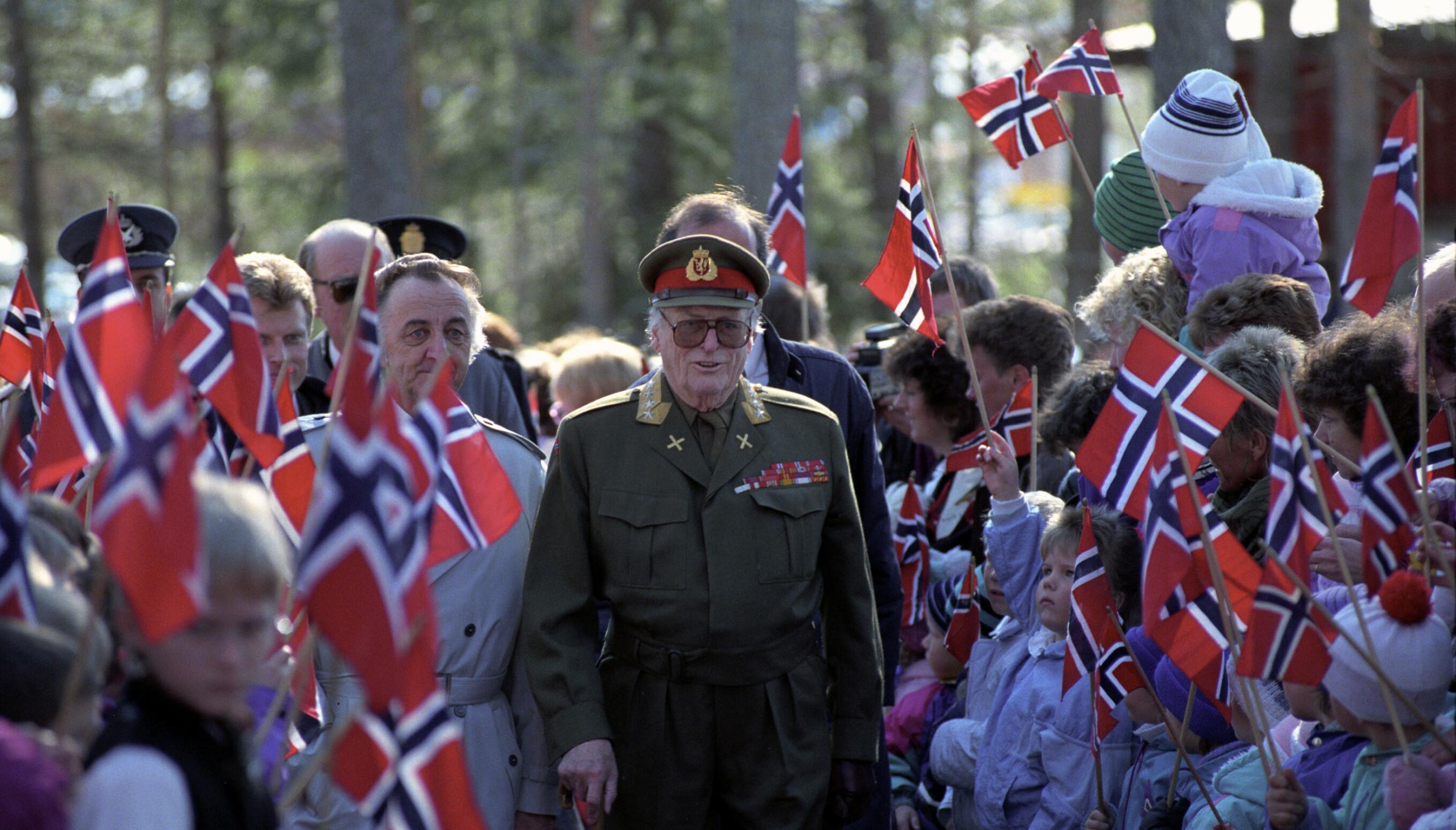 VI MINNES: 10. april 1990 besøkte kong Olav Elverum i forbindelse med femtiårsminnet av tyskernes invasjon av Norge. Drøyt ni måneder senere var det en annen krig som ga grunn til bekymring.