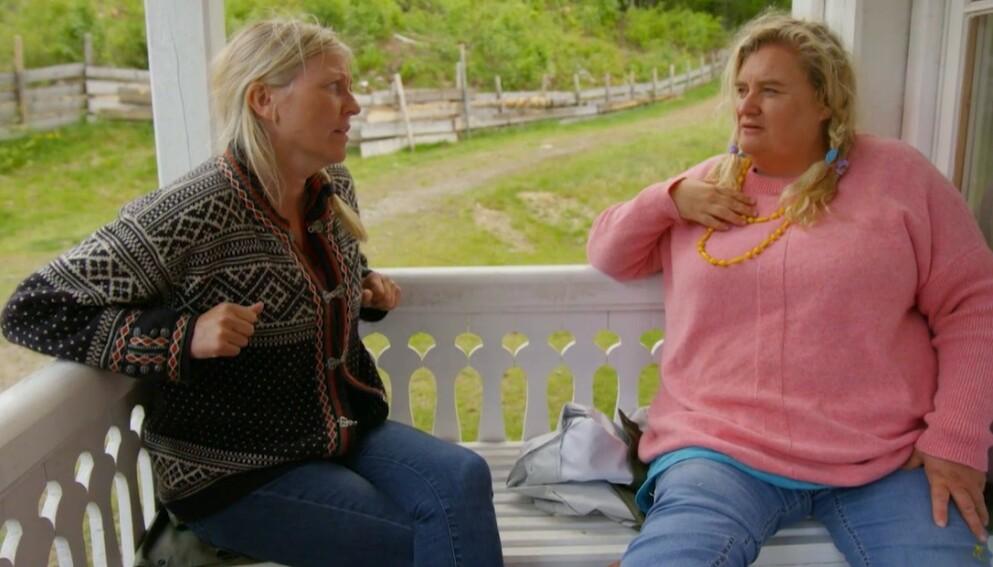 MÅ TREKKE SEG: Hilde Skovdahl måtte trekke seg fra «Farmen kjendis». Nå forteller hun om den alvorlige bilulykken som fremdeles preger henne. Her med Eli Kari Gjengedal. Foto: TV 2