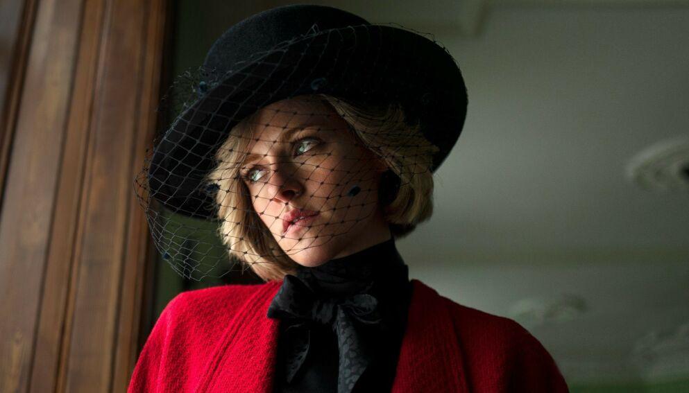 FERSKT BILDE: Produksjonen har delt dette bildet av Kristen Stewart i rollen som prinsesse Diana. Foto: Twitter / NEON