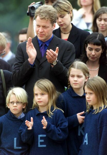 MYE OPPMERKSOMHET: Charles Spencer med de fire barna Louis, Eliza, Kitty og Amelia i 2000. Foto: Jeremy Selwyn / Evening Standard / Rex / NTB