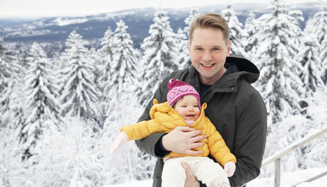 PAPPAPERM: Sonja lyser opp tilværelsen til Jens Christian Nørve, som koser seg i farsrollen. – Det viktigste er at hun får nok kjærlighet, søvn og mat. Resten går av seg selv, sier han. FOTO: Morten Eik