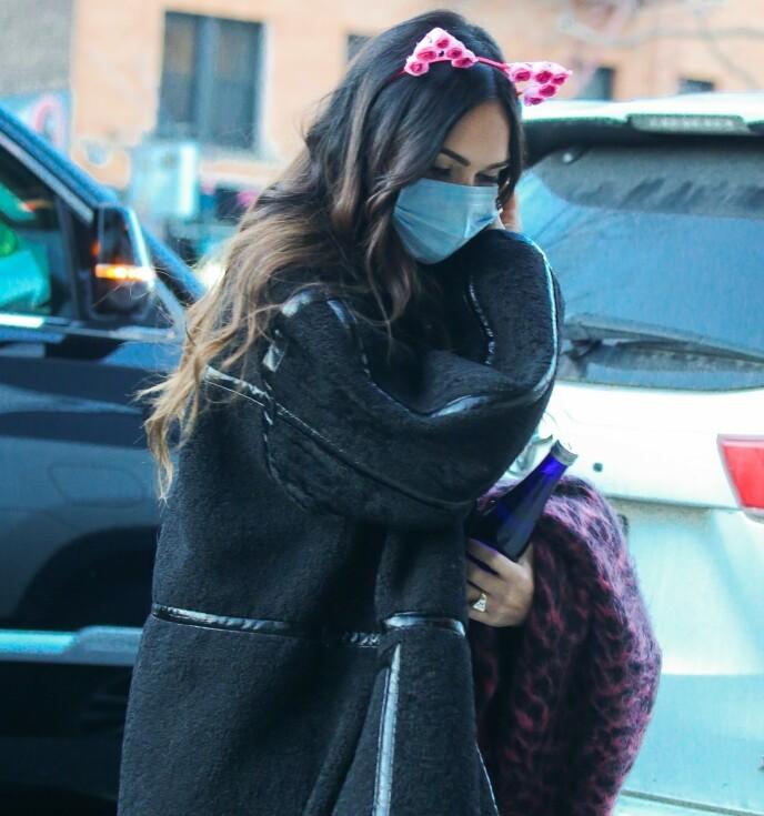 FORLOVET?: Megan Fox' diamantring setter fart på forlovelsesryktene. Foto: Ulices Ramales / BACKGRID / NTB