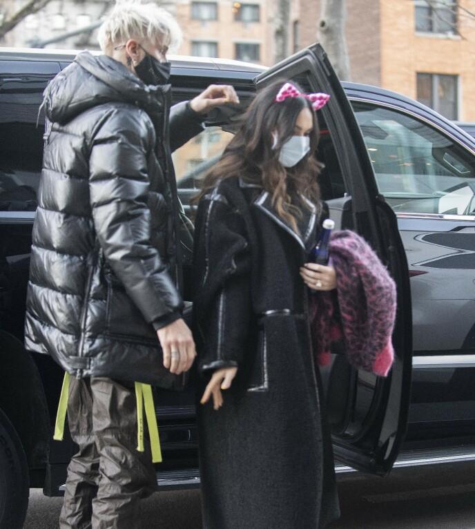 KJÆRESTER: Megan Fox og Machine Gun Kelly i New York City torsdag denne uken. Foto: Splash News / NTB