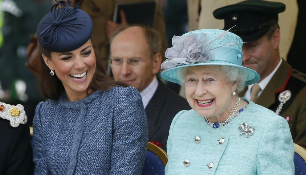 STORT SMIL: Dronning Elizabeth har både selvironi og en rungende latter, røper forfatter Sally Bedell Smith i et nytt intervju. Her er hun sammen med hertuginne Kate i 2012. Foto: Phil Noble / Reuters