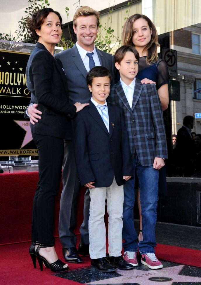 SKILSMISSE: Skuespillerparet Simon Baker og Rebecca Rigg ønsker nå å sette barna først. Her avbildet sammen i 2013, da Baker fikk sin stjerne på Hollywood Walk of Fame. Foto: Stewart Cook/ REX/ Shutterstock/ NTB