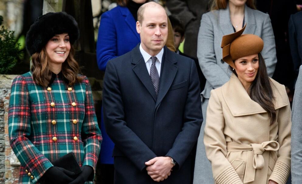 KRITISERES: Etter at prins William slo hardt tilbake mot rasisme i fotballen, er det flere som stiller spørsmål ved hvorfor han ikke sto opp på samme måte for hertuginne Meghan. Her er han avbildet med hertuginne Kate og hertuginne Meghan i 2017. Foto: Tim Rooke /REX / NTB
