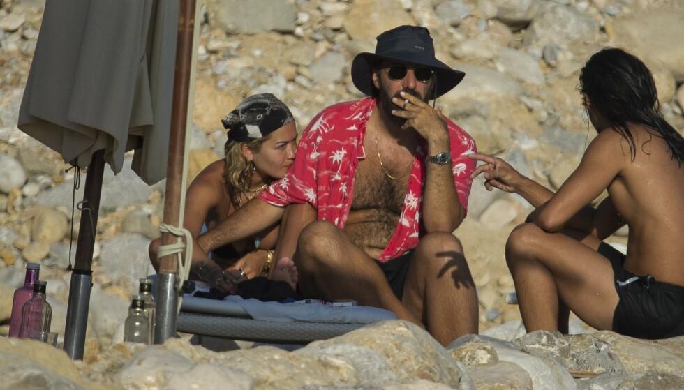 BRUDD: Rita Oras og Romain Gavras på ferie i Ibiza i juli i fjor. Nå skal forholdet ha tatt slutt. Foto: MEGA / NTB