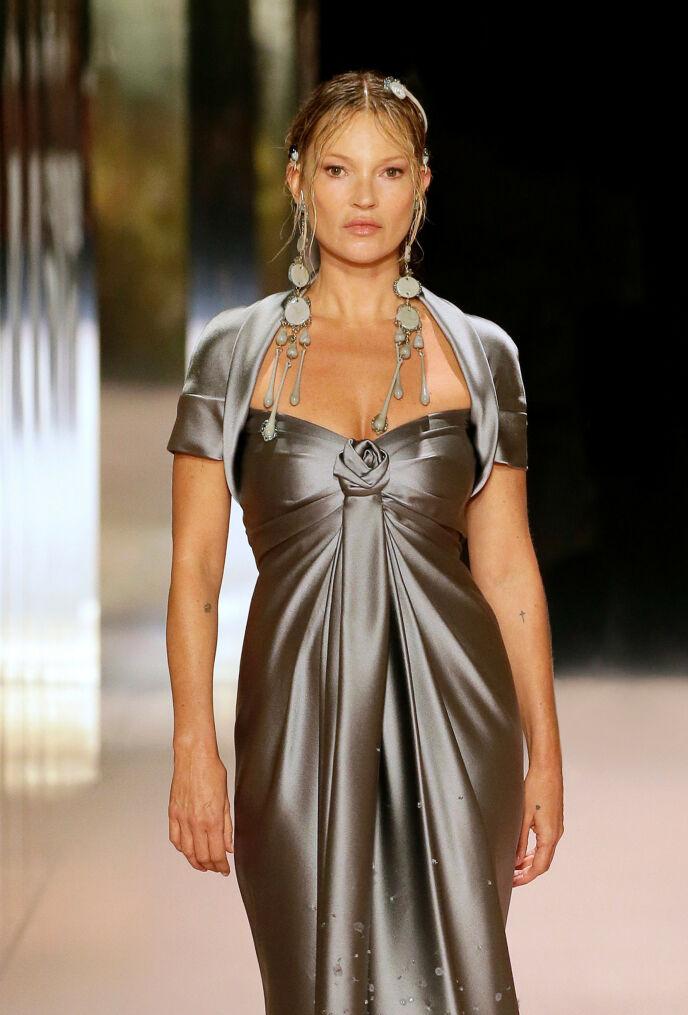 MODELLIKON: Den ikoniske 90-tallsmodellen Kate Moss kastet også glans over Fendis catwalk. Foto: Fendi/ Splash News/ NTB