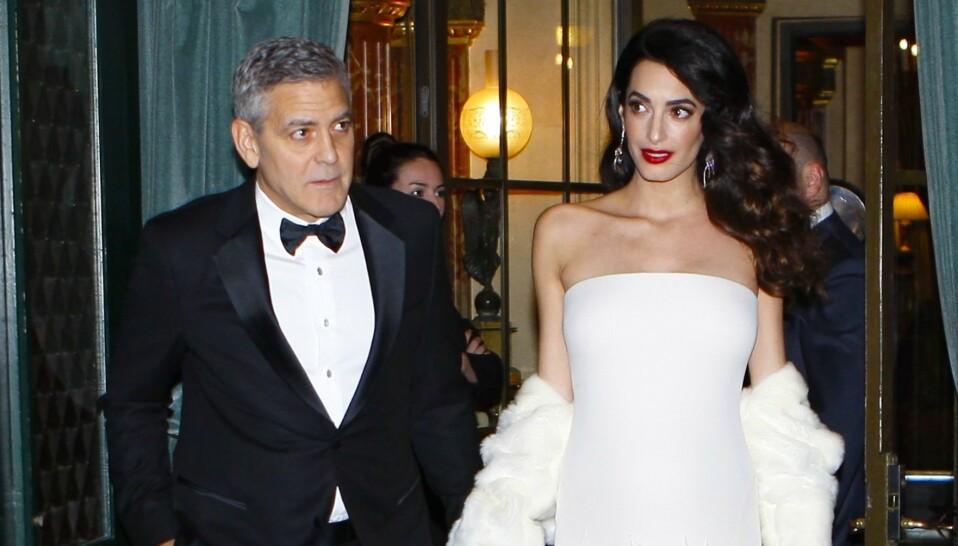 RASER: Skuespiller George Clooney er ikke fornøyd over at folk var mer opptatt av å ta bilder av ham enn å hjelpe da han frontkolliderte på motorsykkel i 2018. Her avbildet med kona Amal året før ulykken. Foto: Philippe Blet/ REX/ NTB