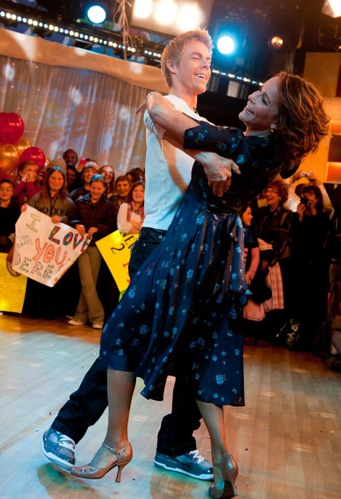 GIKK TIL TOPPS: Jennifer Grey vant «Dancing with the Stars» sammen med Derek Hough i 2010. Her danser de på «Good Morning America» etter triumfen. Foto: Charles Sykes/ AP/ NTB
