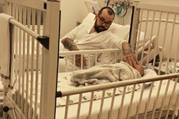 KRITISK: Marley ble innlagt på sykehus, etter at han ble blå i ansiktet fordi han nesten mistet pusten. Pappa Fernando følger her bekymret med på gutten sin. Foto: Privat