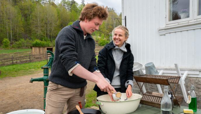 SMILTE OG LO: Øde Nerdum og Annijor opparbeidet et nært vennskap under tv-innspillingen. Foto: Espen Solli / TV 2