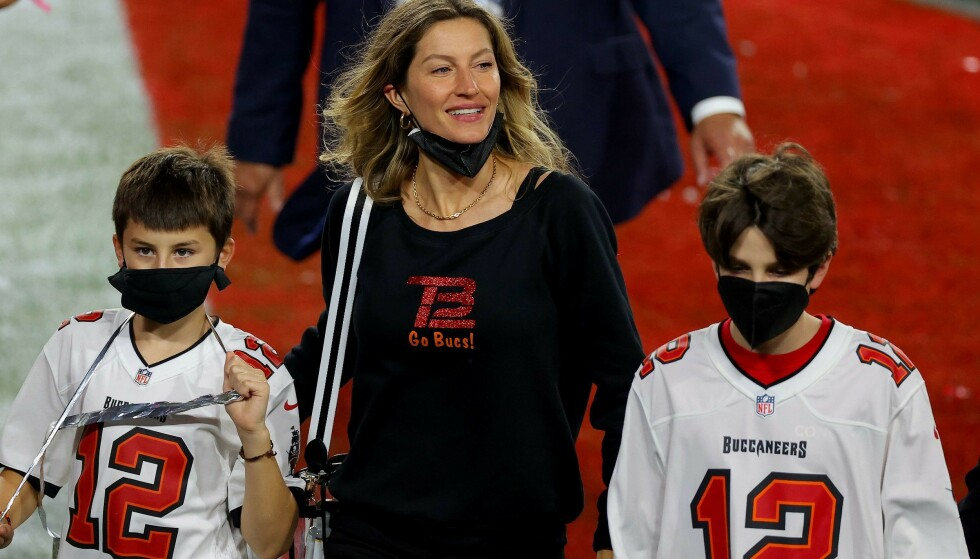 FEIRET SEIEREN: Gisele med Benjamin og Jack etter Tom Bradys seier natt til mandag. Foto: Kevin C. Cox / Getty Images / AFP / AFP