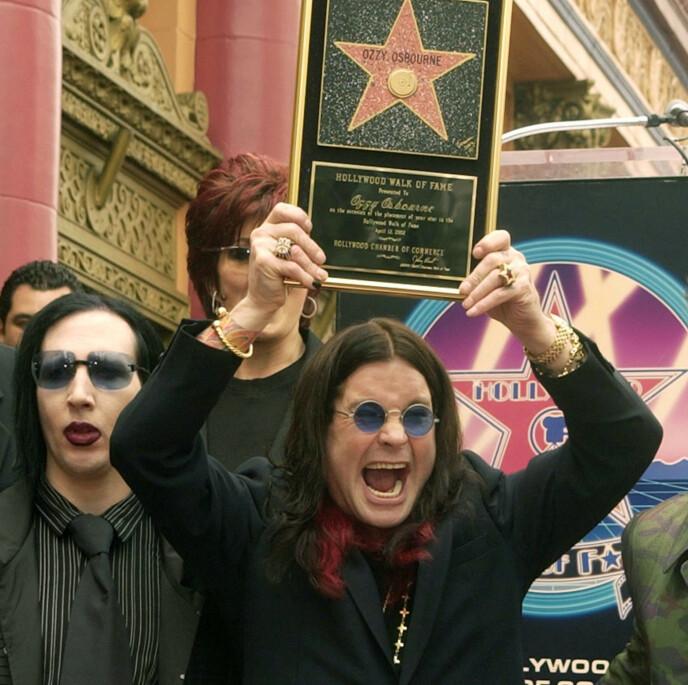 FAMILIEVENN: Marilyn Manson med Sharon og ektemannen Ozzy Osbourne da sistnevnte fikk en stjerne på Hollywood Walk of Fame i 2002. Foto: Jim Ruymen / REUTERS / NTB