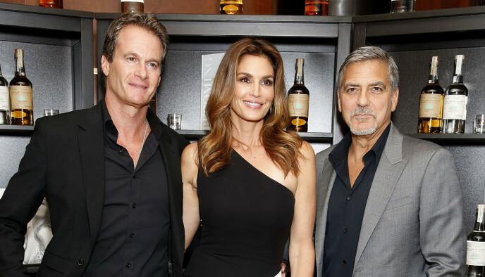 NÆRE VENNER: Her er Rande Gerber, Cindy Crawford og George Clooney avbildet sammen under lanseringen av kompisenes tequila Casamigos i London i 2015. Foto: Piers Allardyce/REX/NTB