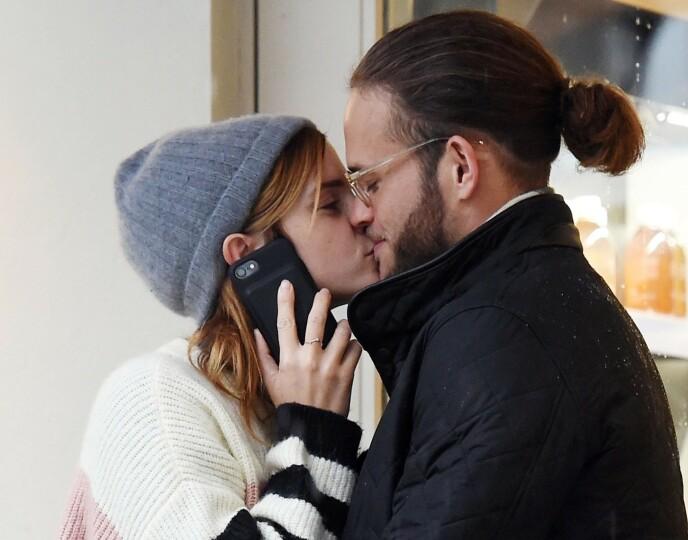 TURTELDUER: Skuespiller Emma Watson ble koblet til forretningsmannen Leo Alexander Robinton i oktober 2019 da de ble avbildet kyssende. Foto: Zed Jameson / BACKGRID / NTB