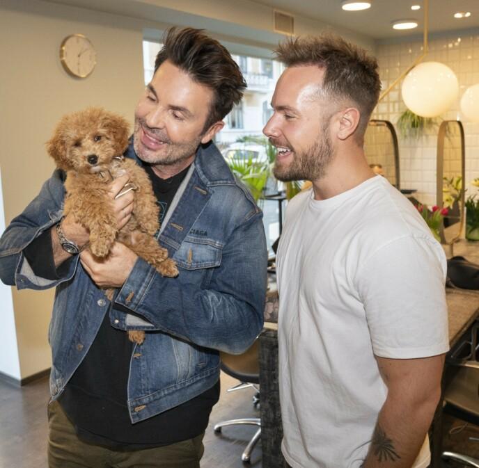 FAMILIE PÅ TRE: I fjor kom hunden Tyr inn i livet til Jan Thomas og Harlem Alexander. Foto: Espen Solli / Se og Hør