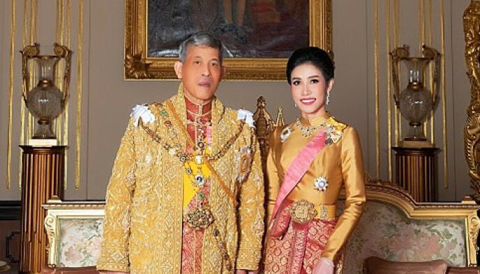 TILBAKE I VARMEN: Gemalinne Sineenat Wongvajirapakdi fikk titlene sine tilbake. Her er hun fotografert med kongen. Bildet er frigitt av palasset, og er tydelig redigert. Foto: Reuters, NTB Scanpix