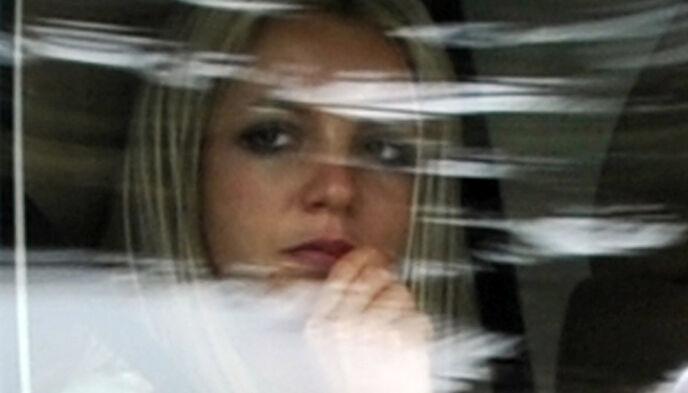 TURBULENT LIV: Britney Spears avbildet i mai 2008, på vei fra en rettshøring om foreldreretten for sønnene hennes. Foto: Gabriel Bouys/ AFP/ NTB