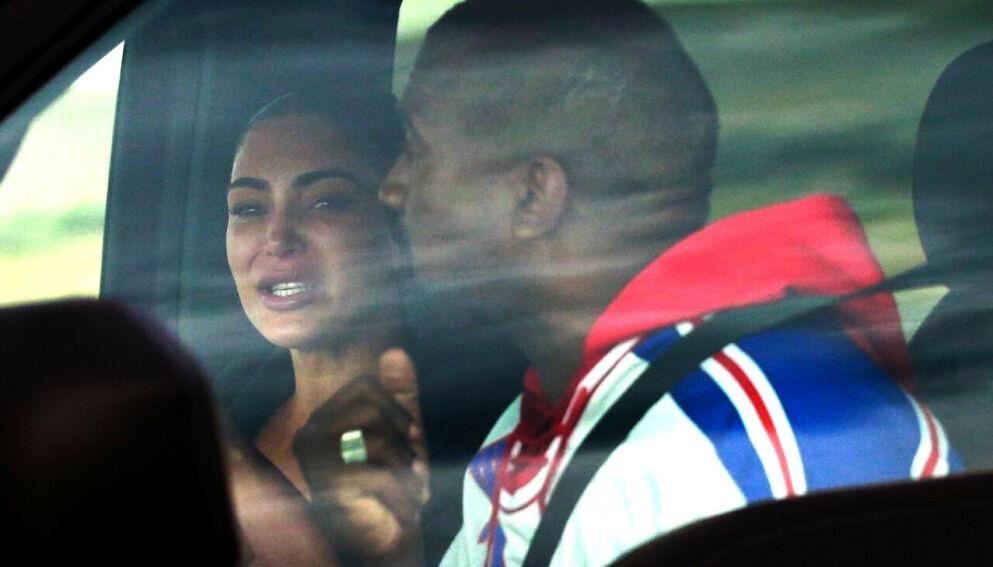 UNDER HVERT SITT TAK: Kim Kardashian og Kanye West ser ut til å gjøre bosituasjonen sin i hver sin by mer permanent. her er de avbildet under en følelsesladet samtale i nettopp Wyoming i 2020. Foto: Backgrid USA/ NTB
